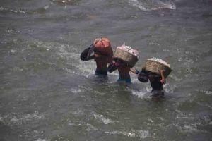 Border-Migrants-crossing-river-2